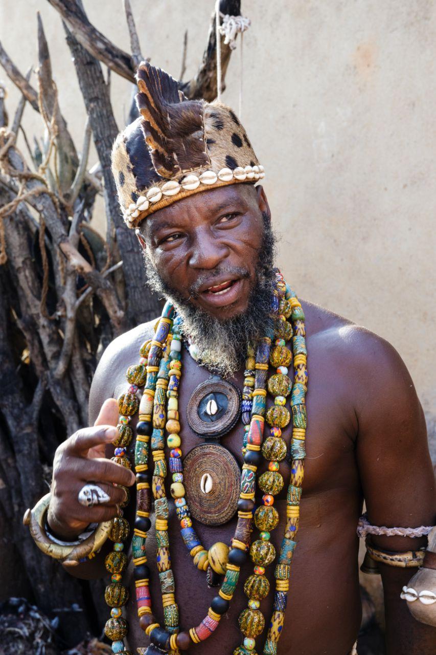 El rey de tribu del pueblo somba de Benín