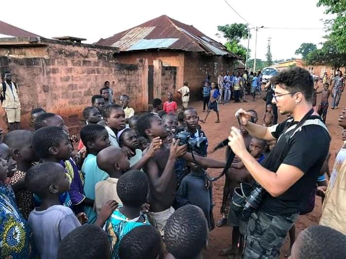 la curiosidad de los niños en los poblados Africanos es algo innato