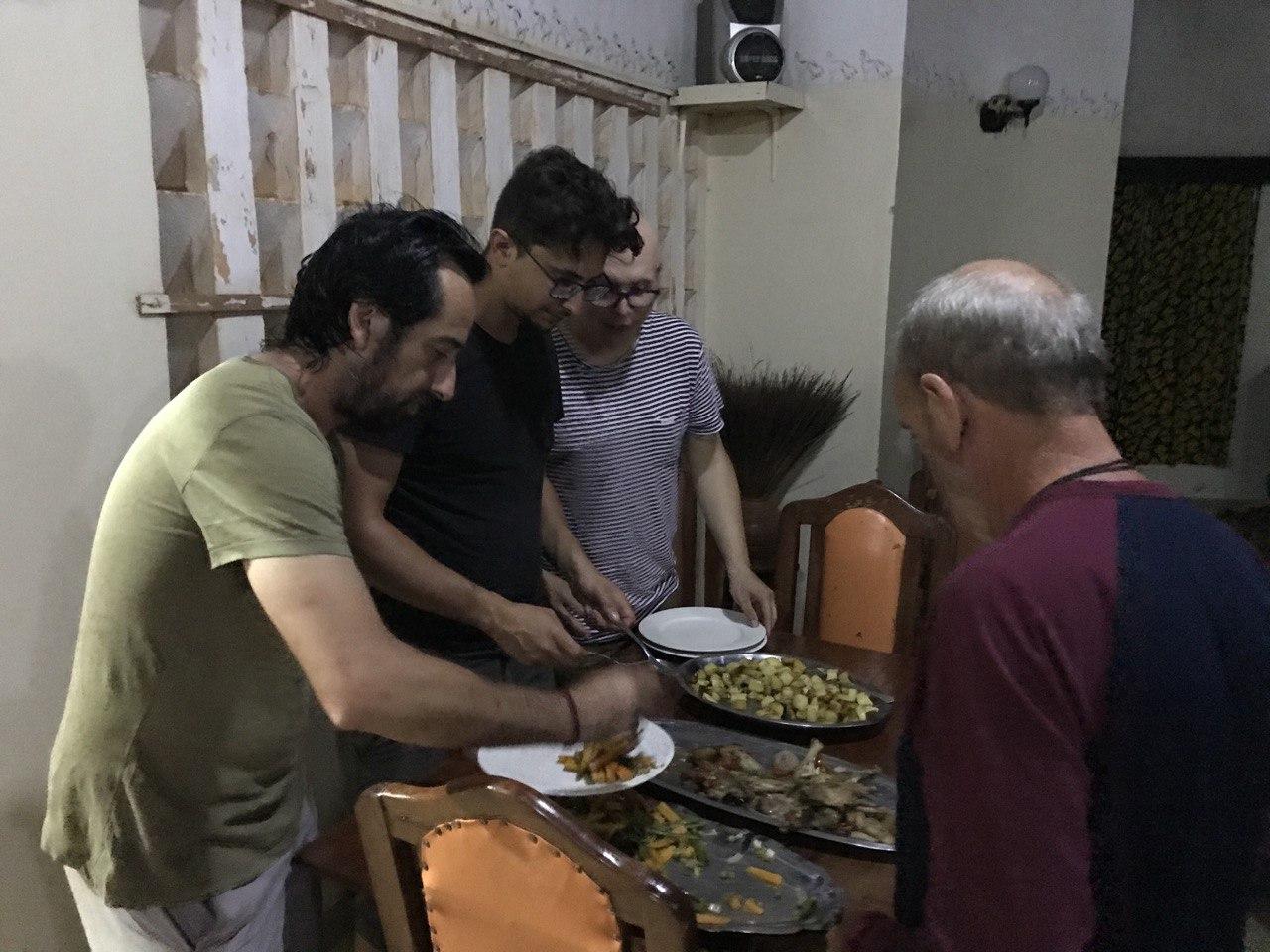 comiendo pollo bicicleta en un restaurante en benin
